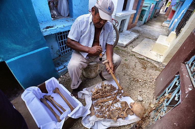 Житель общины Майя во время ритуала, предшествующего празднованию Дня мертвых в штате Кампече