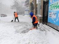 Дворники чистят снег на одной из улиц Челябинска