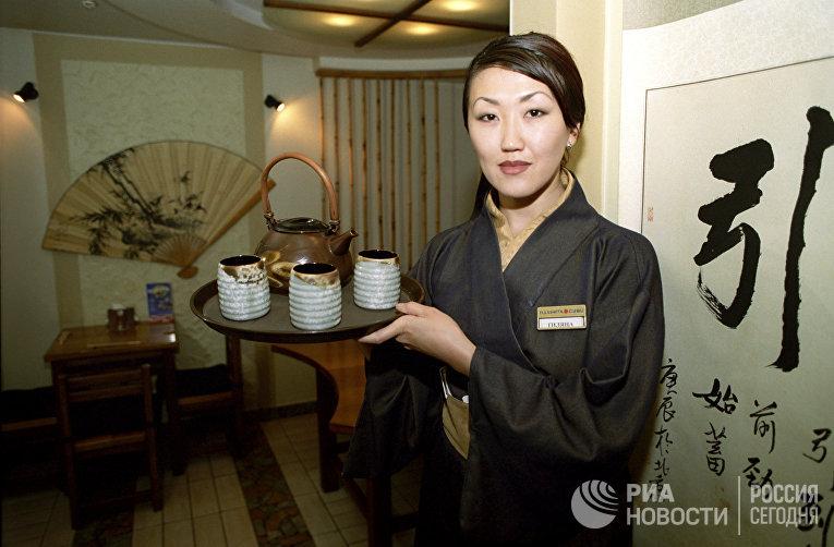 """Официантка в японском ресторане """"Планета суши"""""""