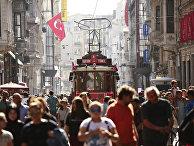 Люди гуляют по главной торговой улице Стамбула