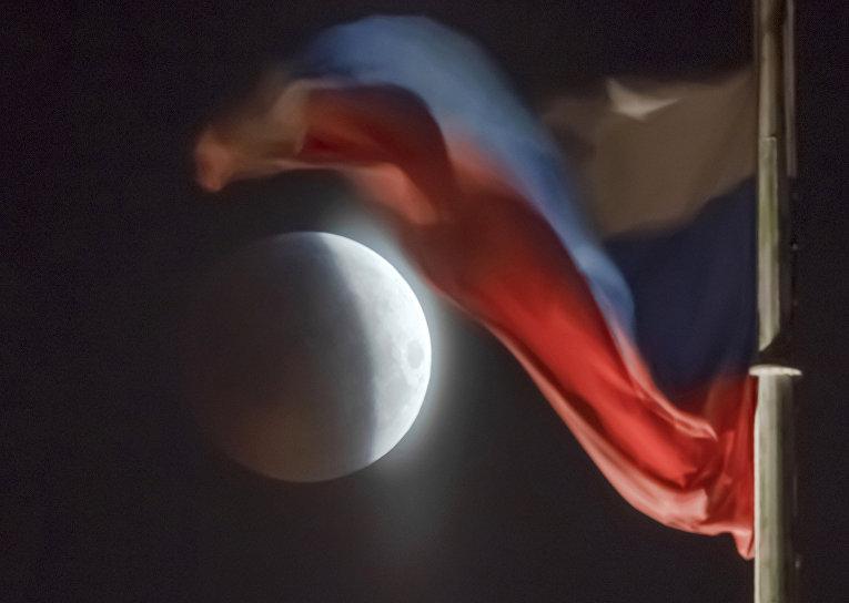 Российский государственный флаг в Санкт-Петербурге