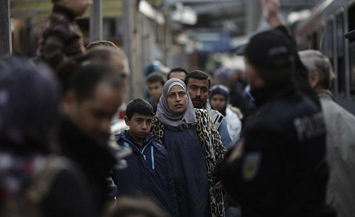 Беженцы на железнодорожной станции в городе Пассау, Германия