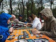 Люди играют в настольные игры в парке