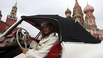 Девушка в автомобиле Mercedes-Benz 190 на Красной площади