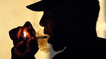 Мужчина курит медицинскую марихуану в Портленде