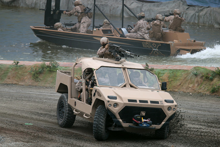 Военнослужащие вооруженных сил ОАЭ во время открытия международной оборонной выставки IDEX