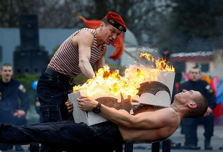 Военнослужащие внутренних войск во время семейно-спортивного праздника «Зимние забавы» в Минске