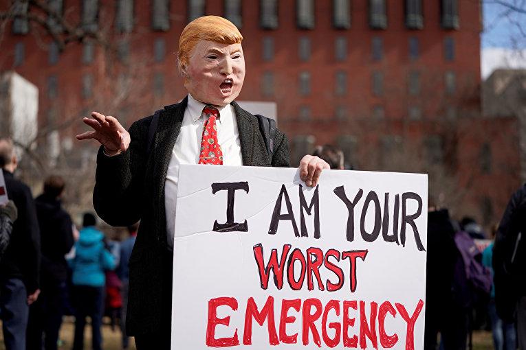 Участники демонстрации против президента США Дональда Трампа возле Белого дома в Вашингтоне