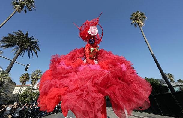 Участник цветочного парада во время карнавала в Ницце