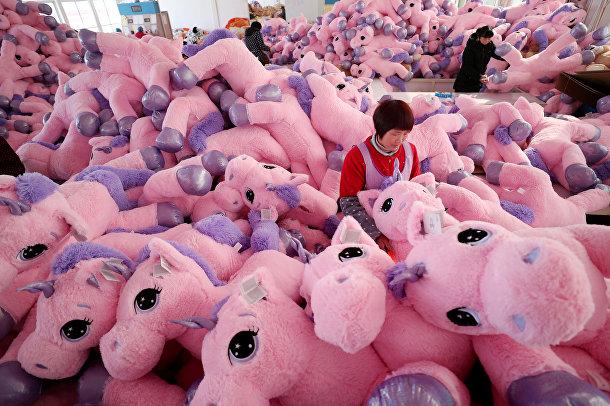 Работники фабрики игрушек в Ляньюньгане