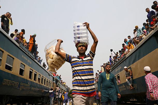 Продавец на железнодорожной станции в Бангладеш