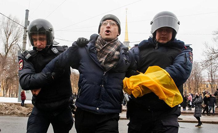Задержание протестующего во время митинга с требованием освободить политзаключенных