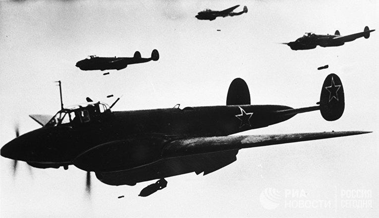 Самолеты Пе-2 на бомбометании