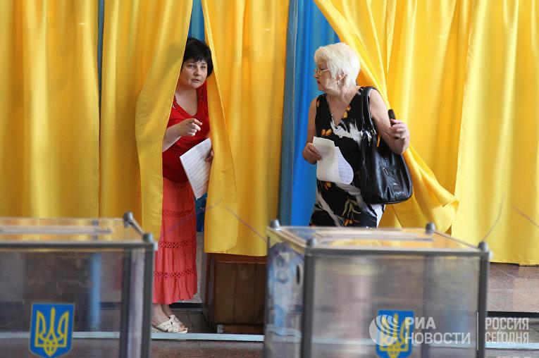 Избиратели во время голосования на внеочередных выборах президента Украины на избирательном участке в Днепропетровске