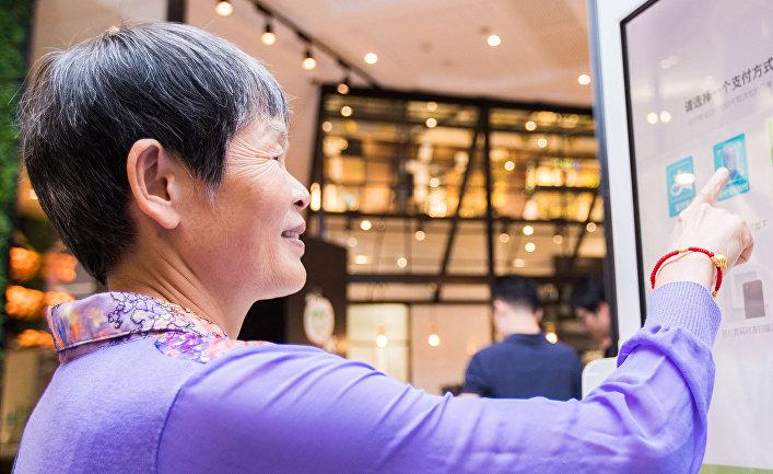 Китайский клиент испытывает систему оплаты лицом