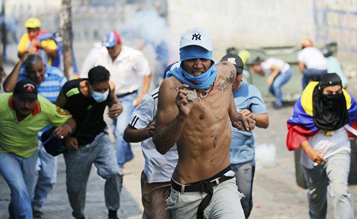 Демонстранты во время столкновений c полицией в Урене, Венесуэла