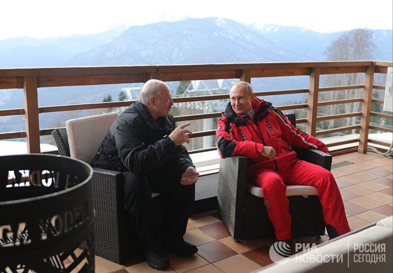Президент РФ Владимир Путин и президент Белоруссии Александр Лукашенко (слева) общаются после катания на лыжах