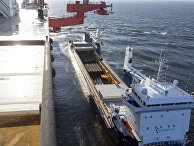 """Погрузка труб для строительства трубопровода """"Северный поток-2"""" на судно Solitaire"""