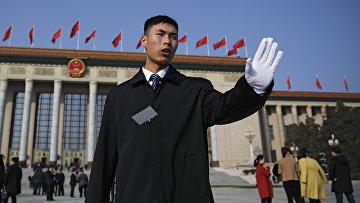 Солдат в преддверии открытия сессии китайского национального народного конгресса в Пекине