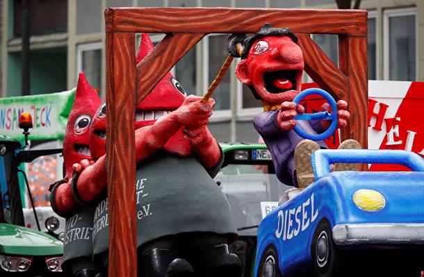 Композиция, символизирующая скандал Volkswagen-Diesel во время парада в Дюссельдорфе