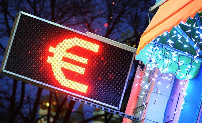 Табло курса валют со знаком евро на стене торгового центра в Москве