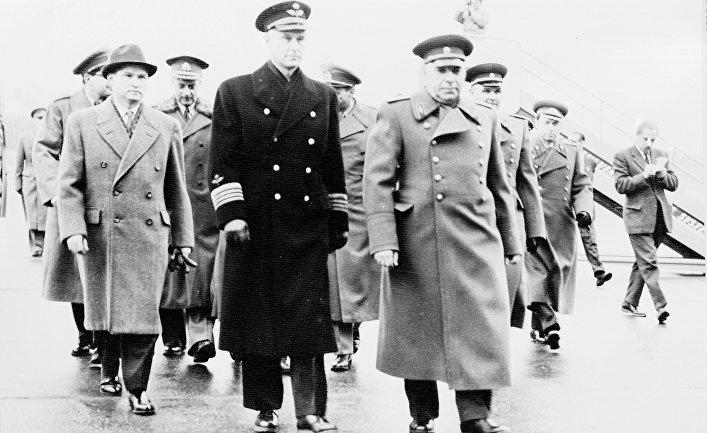 Шведский полковник Стиг Веннестрём с советскими военными в аэропорту Брумма, Стокгольм, Швеция