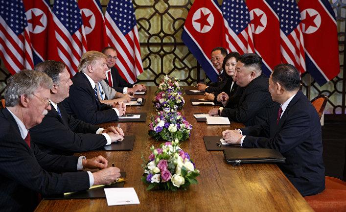 Президент США Дональд Трамп во время встречи с северокорейским лидером Ким Чен Ыном в Ханое
