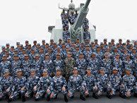 Китайский президент Си Цзиньпин в камуфляжной форме (в центре) позирует с солдатами Народно-освободительной армии Китая