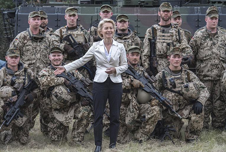 Министр обороны Германии Урсула фон дер Ляйен позирует с солдатами