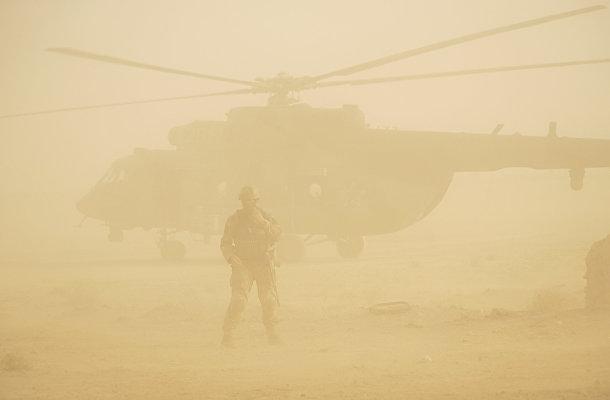 Песчаная буря в Сирии: российский солдат охраняет военный вертолет