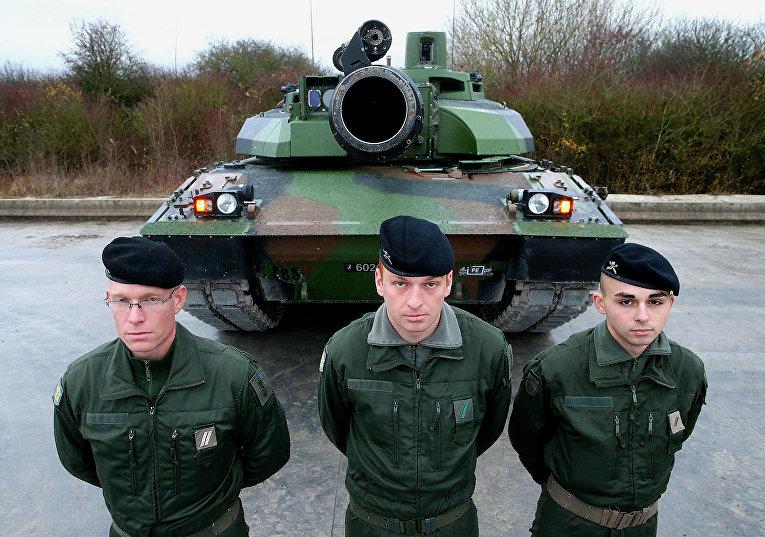 Солдаты рядом с французским танком «Лёклер» во время военных учений