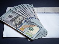 Конверт и долларовые купюры