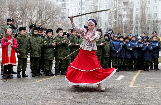 Ученики кадетской школы имени генерала Ермолова во время празднования Масленицы в Ставрополе