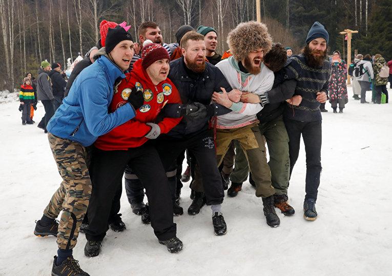 Участники праздничных гуляний под Москвой