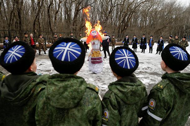Учащиеся Ермоловской кадетской школы наблюдают за горящим чучелом Масленицы в Ставрополе