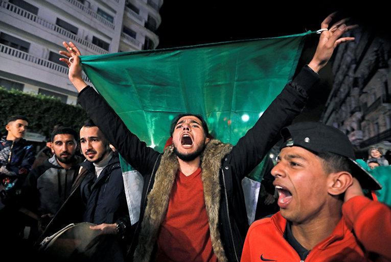 Люди празднуют отказ президента Алжира Абдельазиз Бутефлика от участия в выборах президента в Алжире