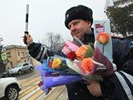 Сотрудники ГИБДД поздравили женщин-водителей с 8 Марта