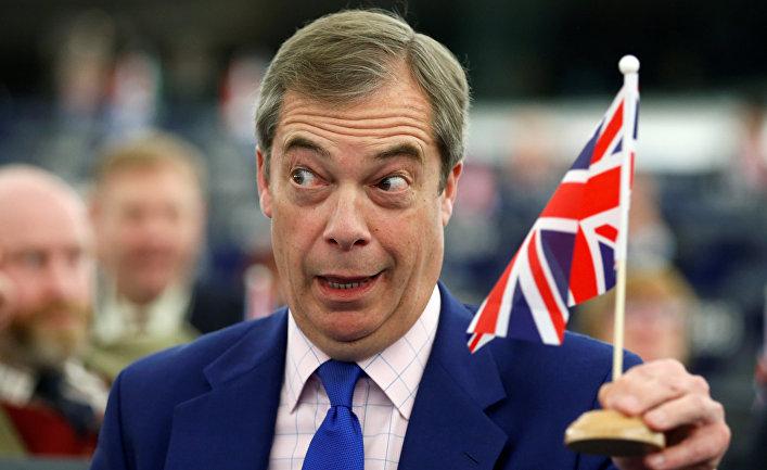 Сторонник Брексита Найджел Фараж с британским флажком во время дебатов в Европейском парламенте в Страсбурге