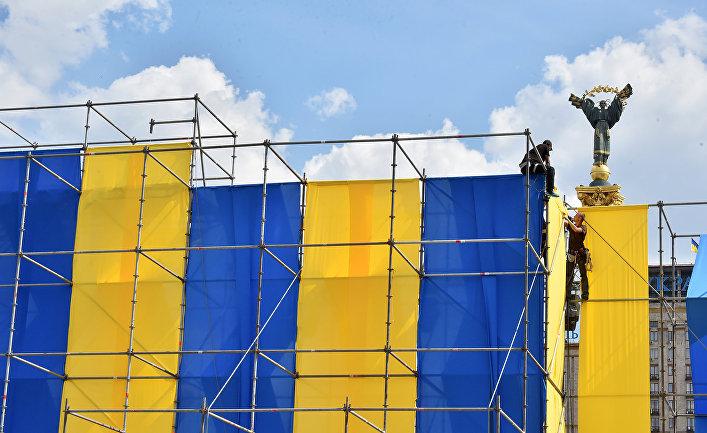 Установка конструкция в предверии празднования Дня государственного флага в Киеве