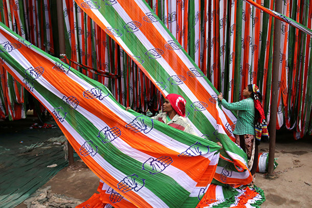Флаги оппозиционной партии Индийский национальный конгресс перед всеобщими выборами в Ахмадабаде, Индия
