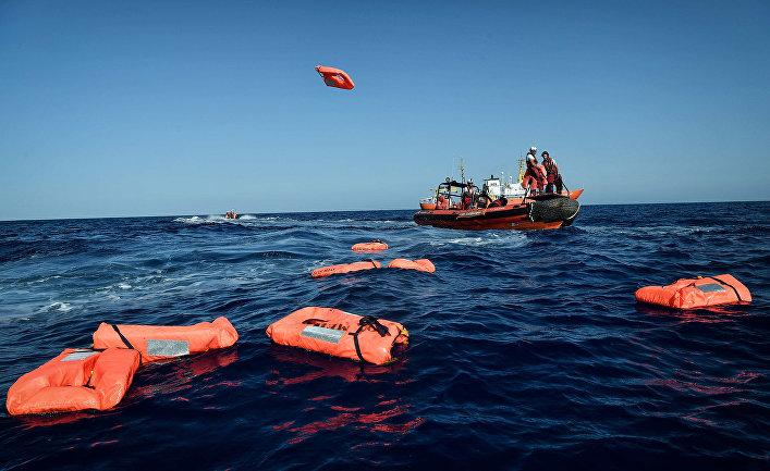 Спасители и сотрудники организации «Врачи без границ» во время совместной операции на поисково-спасательном судне у побережья Ливии