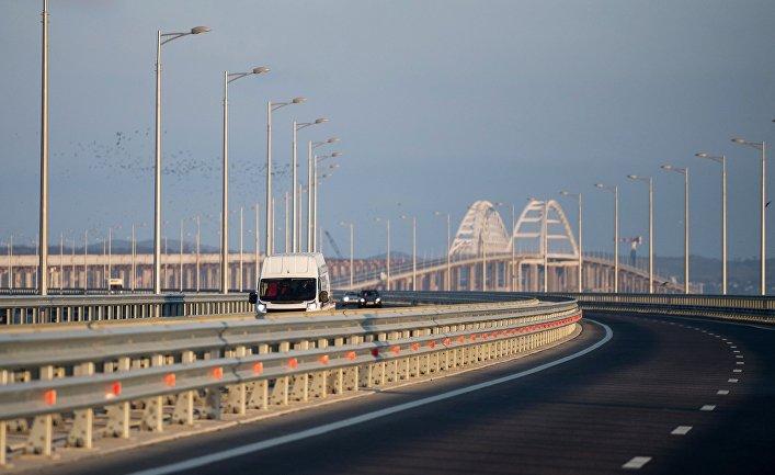 Машины на Крымском мосту