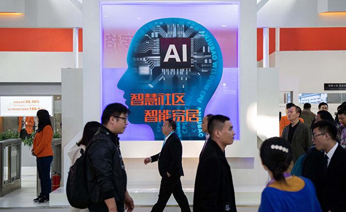 Посетители на международной выставке по безопасности в Пекине