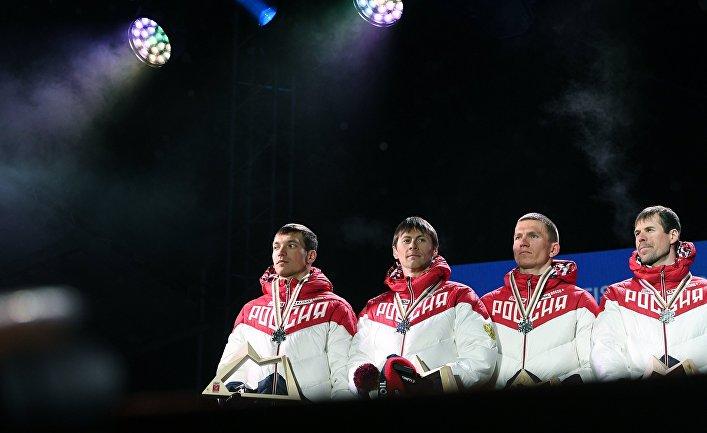 Российские лыжники Андрей Ларьков, Александр Бессмертных, Александр Большунов и Сергей Устюгов (слева направо), завоевавшие серебряные медали в эстафетной гонке 4 х 10 км