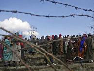 Жители деревни Пинджура на похоронах в Кашмире