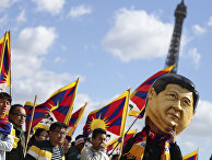 Протестующие в Париже, в том числе в костюме Си Цзиньпина
