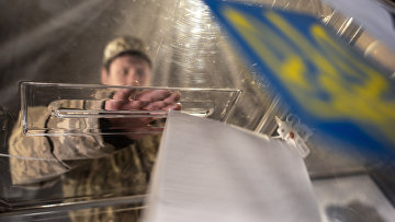Украинский солдат на избирательном участке в Курахово