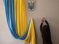 Подготовка избирателььного участка в преддверии президентских выборов в Киеве