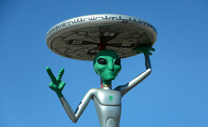 Скульптура, изображающая инопланетянина на стоянке в Бейкере, Калифорния