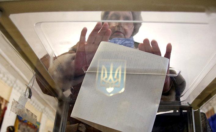 Женщина на избирательном участке в Киеве